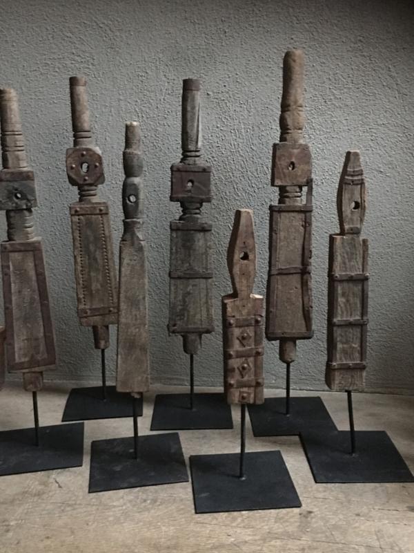 Oude houten spoel op statief met metalen beslag landelijk industrieel ornament decoratie vergrijsd