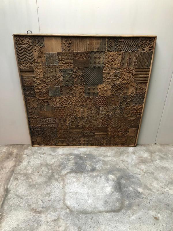 Prachtig groot houten wandpaneel gemaakt van textielstempels stempels 120 x 120 cm landelijk vintage industrieel bruin