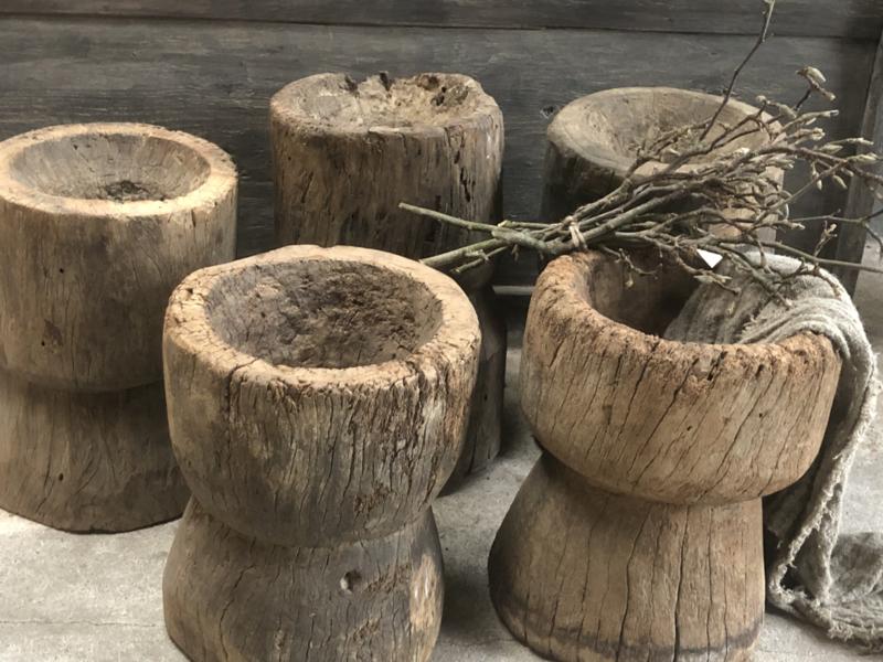 Grote oude stoere houten vijzels vijzel vaas pot landelijk robuust sober kruk bijzettafel bijzettafeltje tafel tafeltje bak krukje