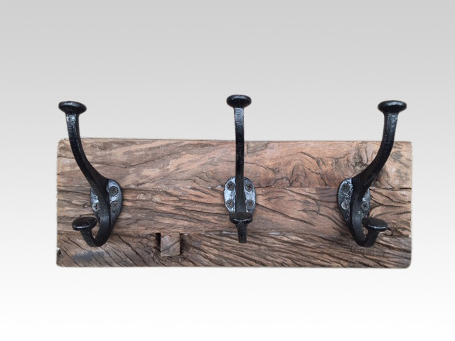 Railway oude houten kapstok oud hout 3 haken stoer landelijk plank grof nerf wandhaken wandkapstok industrieel