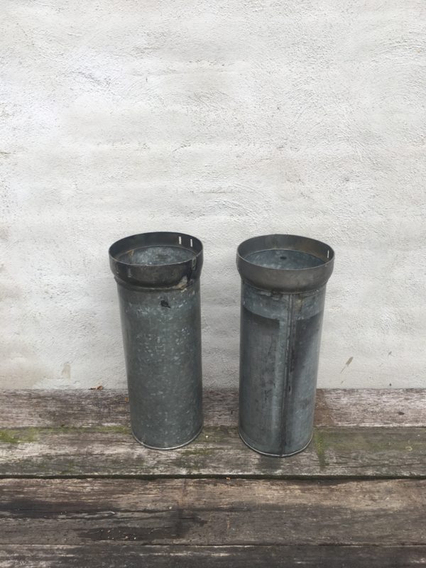 Oude metalen paraplubak zink ijzer huls koker pot industrieel emmer emmertje bak hoog smal landelijk vintage stoer