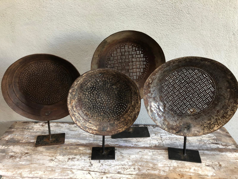 Prachtige oude metalen zeef zeven op standaard grijsbruin landelijk stoer industrieel vintage urban