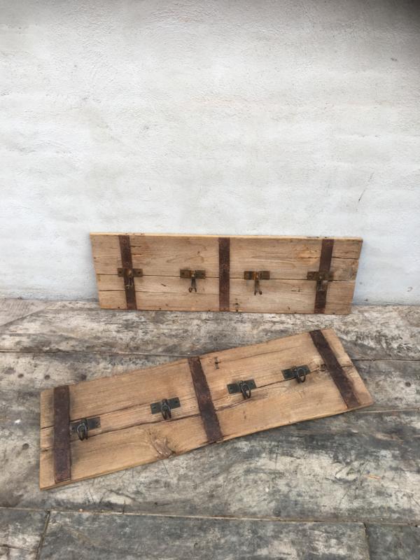 Oude houten kapstok groot wandhaken vintage sloophouten met metalen beslag landelijk retro wandkapstok landelijk stoer vintage oud hout sloophout