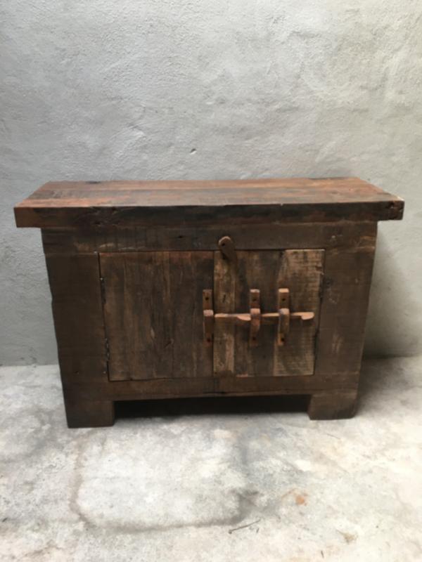 Stoere hardhouten truckwood kast kastje dressoir houten oud hout commode landelijk stoer robuust 2 deurs
