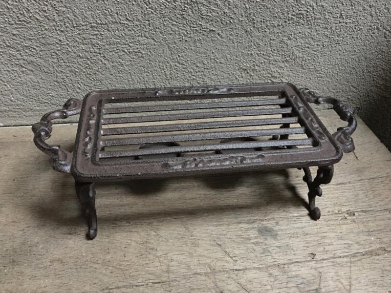 Gietijzeren stove warmhoudplaat theelichtje onderzetter rechaud bric-à-brac brocant landelijk bruin