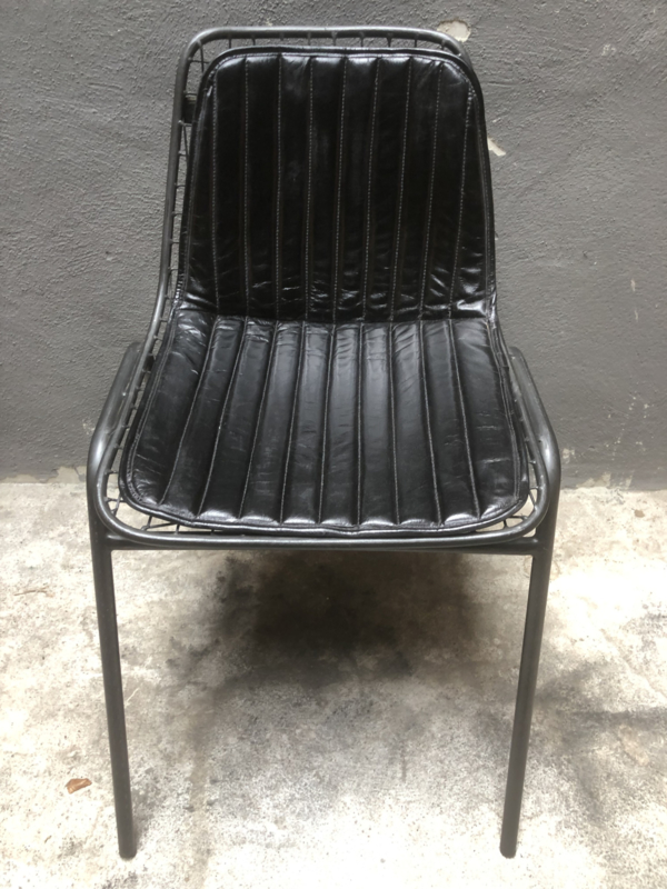 Stoere metalen stoel stoelen stoeltjes Eetkamerstoel keukenstoel ijzer met zwart leer kussen zitting industrieel landelijk vintage retro