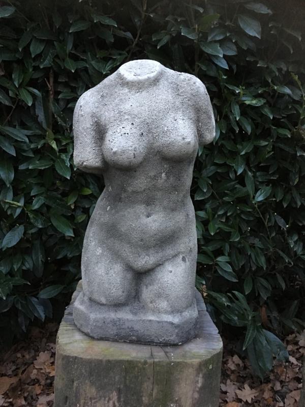 Stoere betonnen torso buste beton grijs vrouw