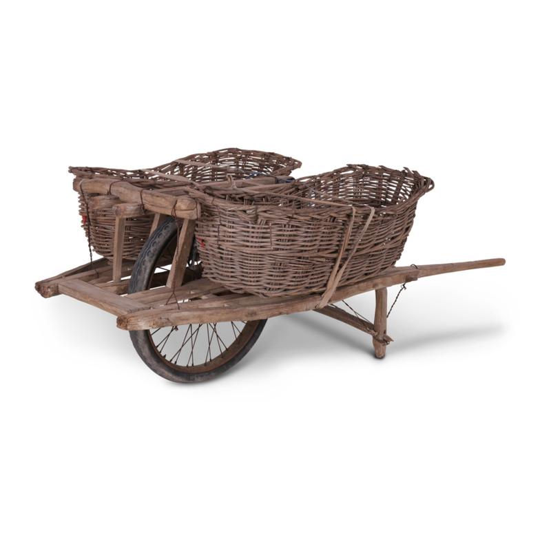 Gave oude houten kar met 2 vergrijsde manden kruiwagen winkeldisplay winkelkast eye-catcher uniek
