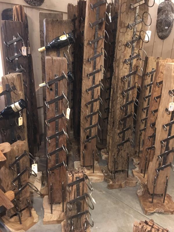 Stoer oud houten wijnrek landelijk industrieel vintage urban oude biels klein 100 cm railway spoorbiels balk hout wijnflessenhouder