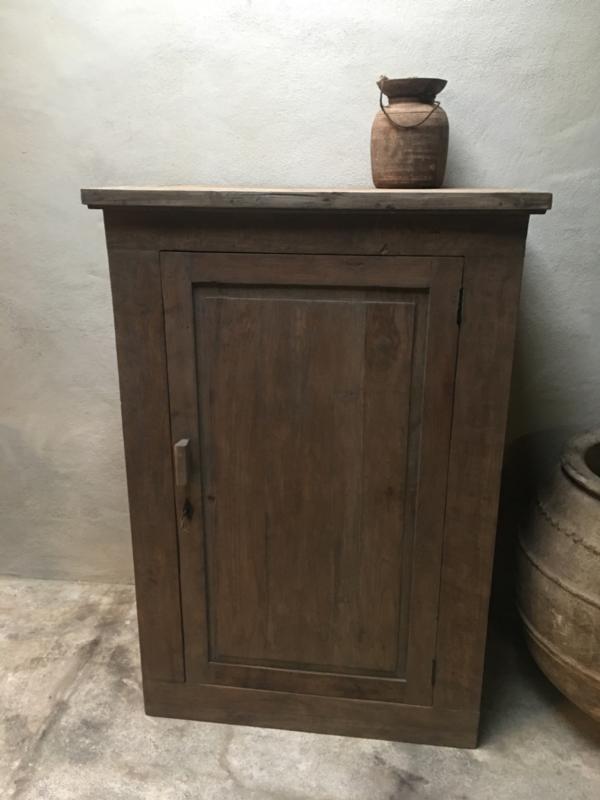 Stoere vergrijsd grijs grijze houten kast boerenkast eendeurskast landelijk stoer robuust hout
