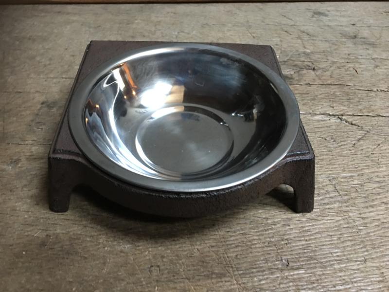 Gietijzeren voerbak drinkbak waterbak waterbakje hond kat landelijk brocant gietijzer bruin metaal
