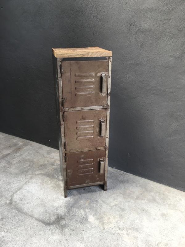 Stoere metalen locker lockerkast kast schoenenrek schoenenkast vakkenkast kluisjes kluisje kastje met houten top bovenkant blad 3 deurtjes metaal landelijk vintage urban industrieel landelijk stoer grijs metaal roestbruin