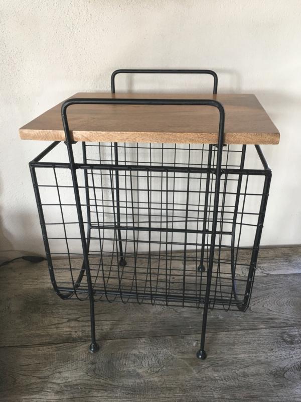 Metalen krantenbak tijdschriftenrek tijdschriftenbak tafeltje tafel metaal hout bijzettafeltje landelijk industrieel vintage zwart metaal