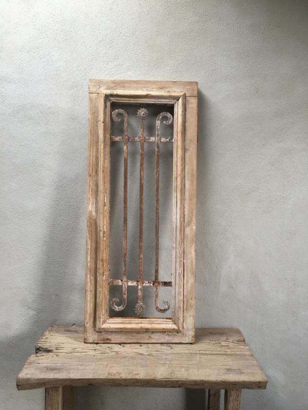 Origineel oud vergrijsd houten kozijn venster paneel 110 x 46 cm Wandpaneel met metalen frame hek hekwerk erin industrieel landelijk hout ijzer