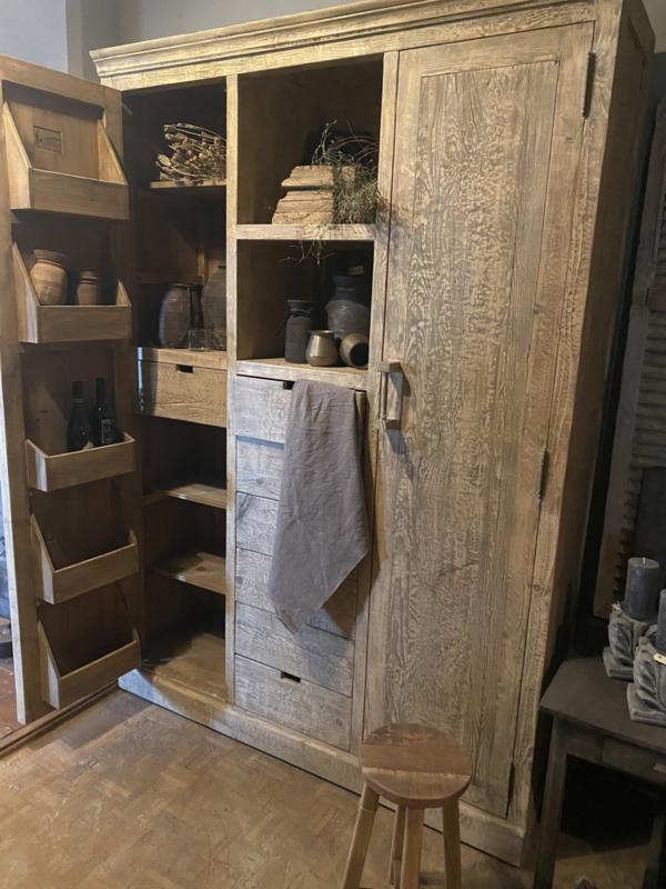 Prachtige grote oude vergrijsd houten kast voorraadkast wijnkast wijnrek flessen schappen servieskast landelijk stoer