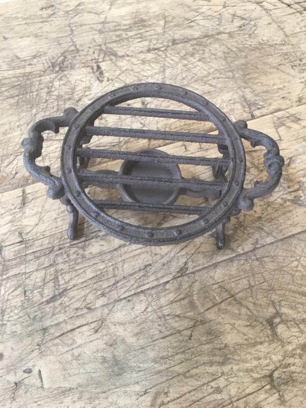 Gietijzeren stove warmhoudplaat theelichtje rechaud onderzetter bric-à-brac brocant landelijk bruin