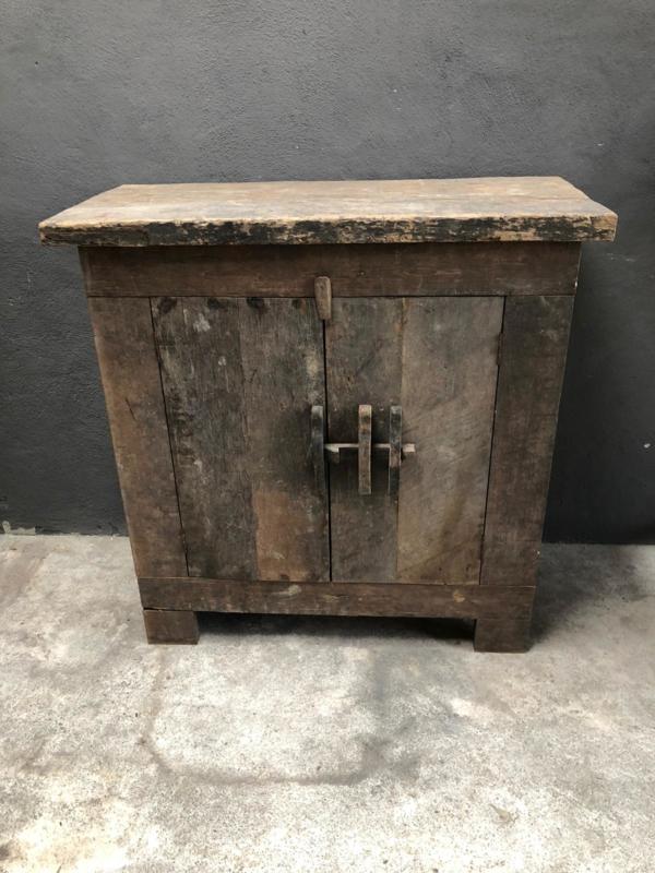 Oud vergrijsd houten kast kastje boerenkast landelijk stoer robuust hout
