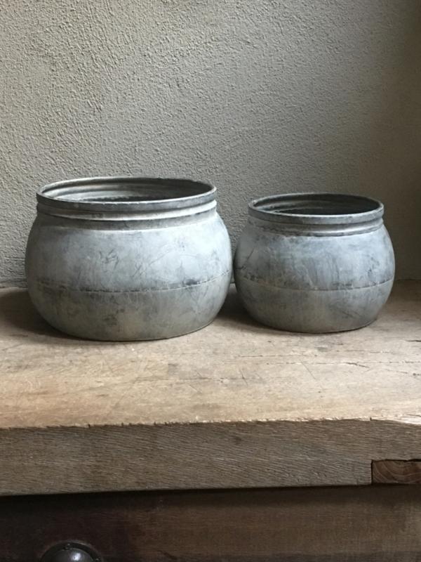 """Grote ronde grijze """"zinken?"""" bak pot grijs trog schaal bloempot landelijk stoer sober """"zink?"""""""
