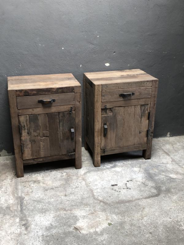 Oud vergrijsd houten Railway truckwood nachtkastjes nachtkastje bassano landelijk vergrijsde deurtje lade laatje industrieel metalen greepje beslag