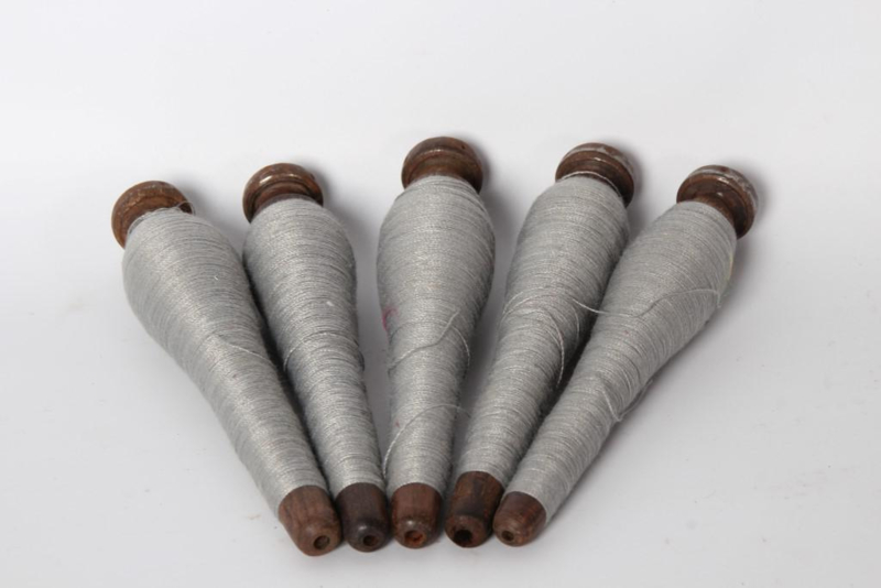 Kleine houten doorleefde klosjes klosje klos katrol brocant spoel doorleefd geleefd grijs garen landelijk