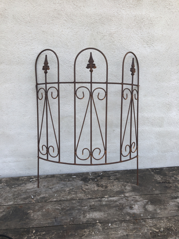 Smeedijzeren border bocht rond cirkel tuinhek hek tuinbekje tuinsteker hekje