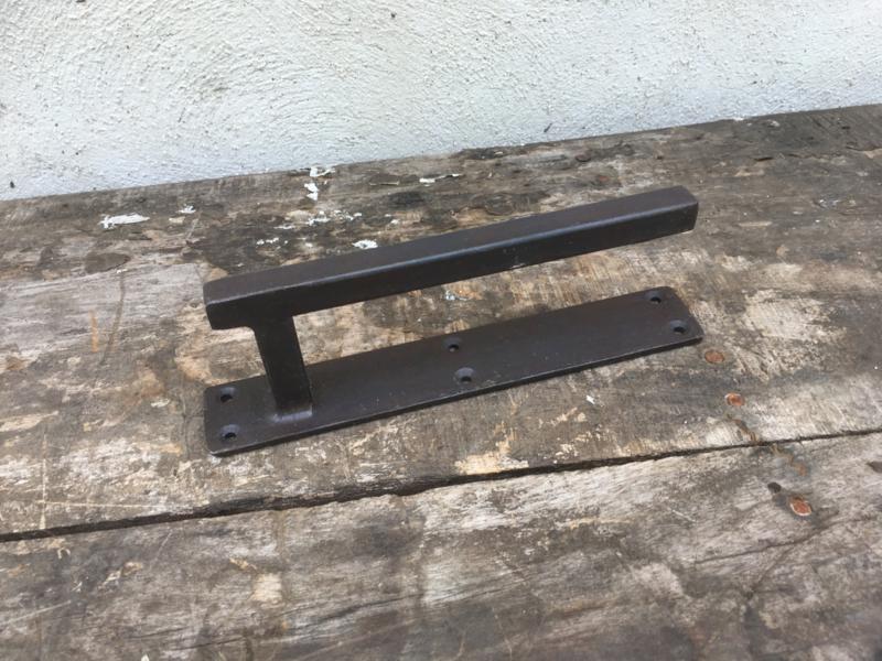 Strak metalen smeedijzeren handvat beugel deurknop hendel deurgreep landelijk industrieel metaal grijsbruin zwart