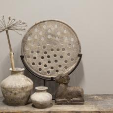 Oud stenen zandstenen zandsteen broodmal grinder molensteen ring op stand standaard zandsteen wiel ornament landelijke stijl op statief stoer