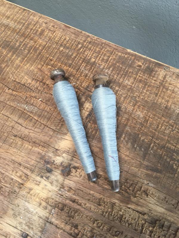 Oude houten doorleefde klos katrol brocant spoel doorleefd geleefd klosje grijs garen