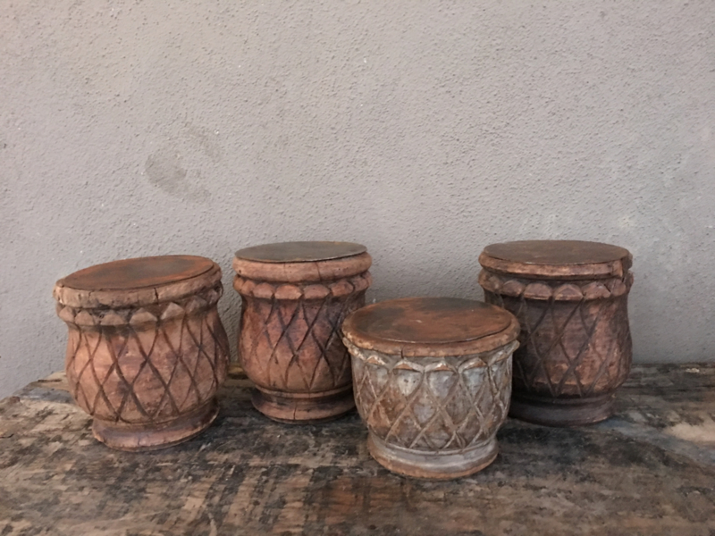 Stoere oude doorleefd vergrijsd houten stompkandelaar kandelaar stompkaars ornament landelijk stoer sober poer