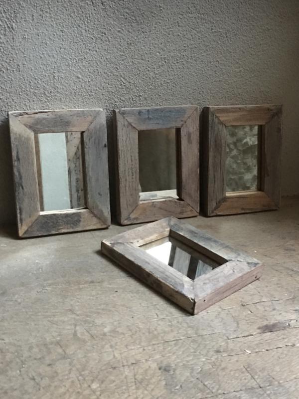 Stoere grijze grijs oud oude vergrijsd houten spiegel spiegeltje spiegeltjes lijstjes  landelijk vergrijsde 21 x 16 cm vintage lijst lijstje landelijk