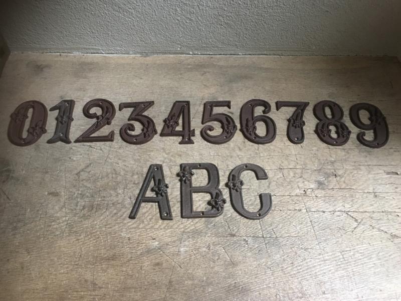 Bruine gietijzeren cijfers nummers huisnummers huisnummer 1234567890ABC  roestbruin