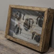 Oud houten vitrinekastje wandkastje kastje met oude sloten erin Brocant landelijk vintage retro