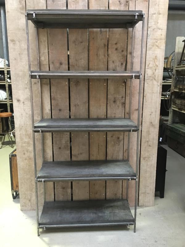 Grote metalen houten kast boekenkast schap legplanken rek grijs vergrijsd hout industrieel stoer landelijk 210 x 100 cm