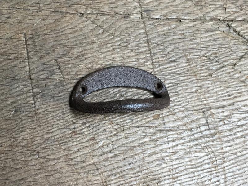 Gietijzeren handvat handvaten deurknop halve maan half maantje deurknopje gebogen bruin greepje open