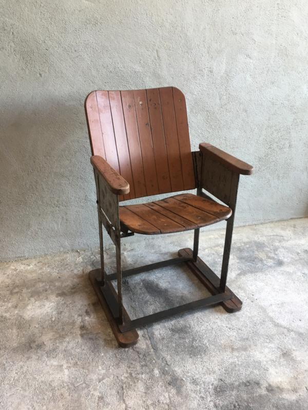 Oud houten metalen bioscoopstoel stoel stoelen fauteuil station stoer landelijk industrieel vintage