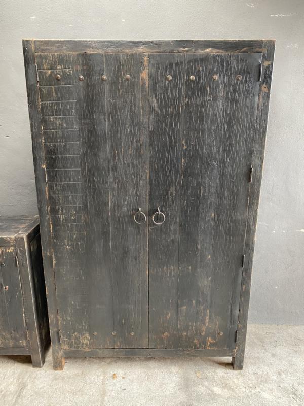 Oud stoer houten kast kleerkast servieskast 2 deurs 190 x 120cm  landelijk grijs zwart oud beslag ringen industrieel