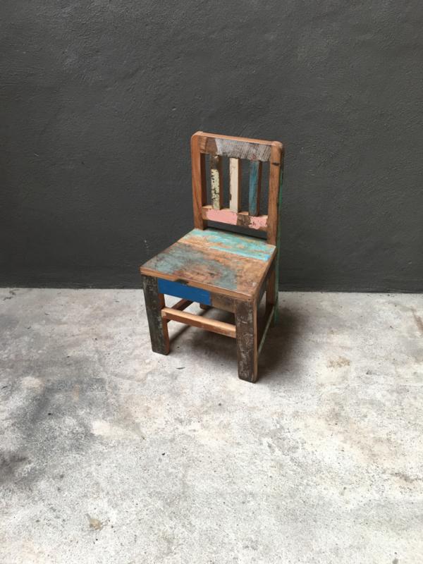 Stoer oud houten kinderstoeltje stoeltje fauteuil lounge zitstoel kleur  landelijk doorleefd vintage hout sloophout