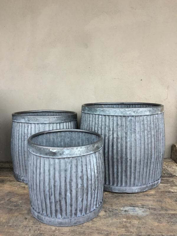 Zinken ton pot bloempot tafel tafeltje emmer ribbelton verzinkt bijzettafeltje bijzettafeltjes krukje bak M zink grijs landelijk industrieel brocant Franse Frans
