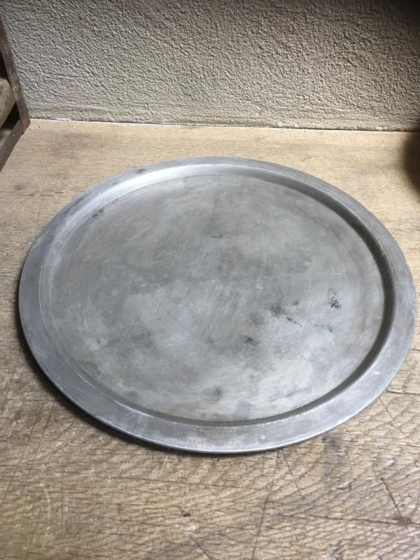 Ronde oude metalen aluminium schaal onderbord dienblad rond onderbord zeepbakje doorsnede bord onderzetter onderzetters
