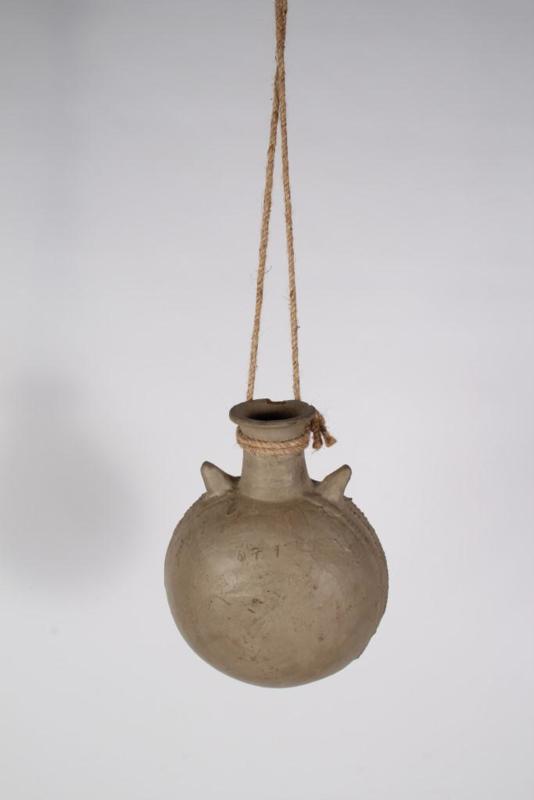 Stoere grijze stenen kleipot pot kruik waterkruik S aan grof jute touw landelijk stoer sober oud