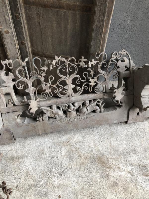 Prachtig antiek Siciliaans sleets vergrijsd wagenbok ornament landelijk stoer sober grijs oud