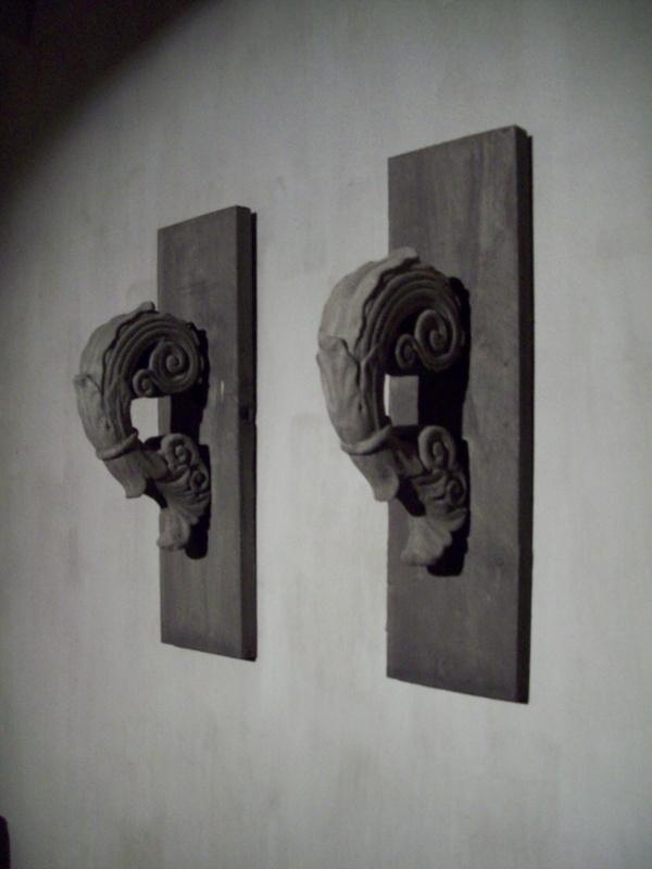 Stoere beton met hout wandpaneel landelijk grijs grijze krul betonnen ornament stoer sober robuust