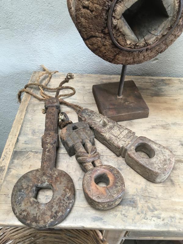 Stoere oude houten butter key butterkey Nepal oud antiek  ornament aan grof touw  landelijk