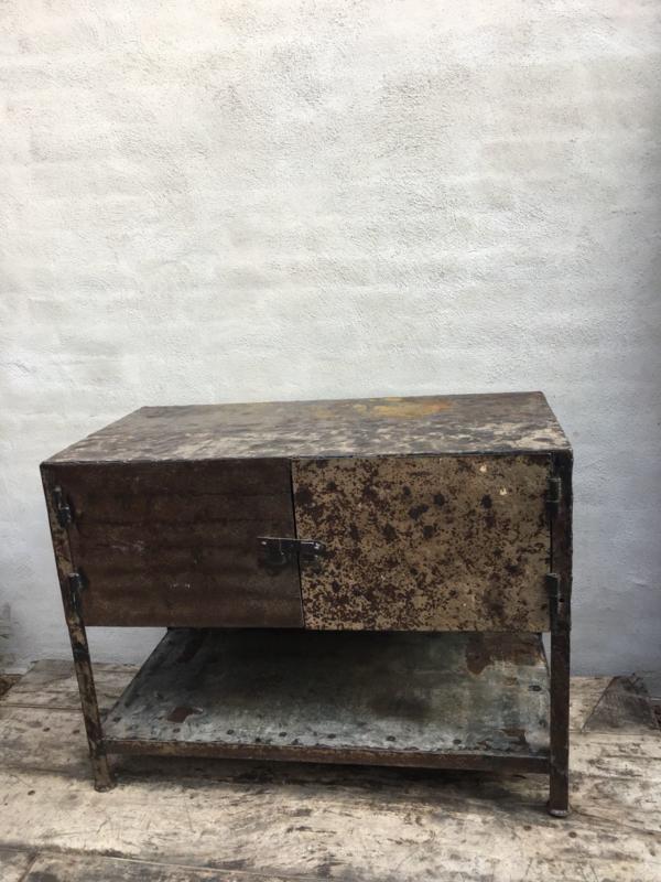 Gave Oude Metalen Kast Sidetable Kastje Keukenkast 2 Deurs