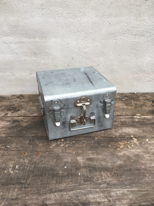 Metalen koffer kist luitcase metaal ijzer industrieel vintage landelijk klein kistje small