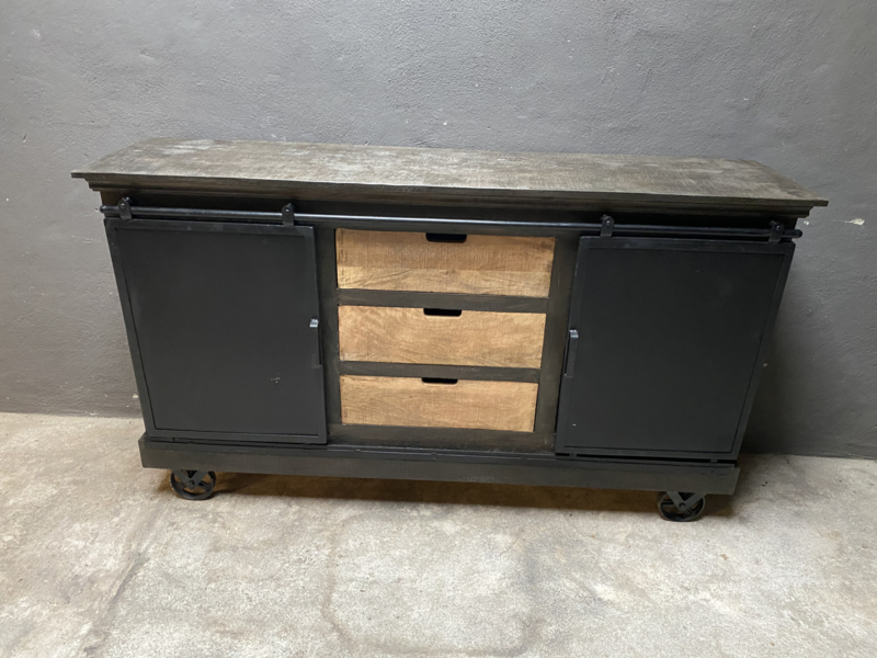 Stoer metalen houten metaal dressoir met ijzeren wielen en ijzeren schuifdeuren hout kast kastje landelijk industrieel Sidetable