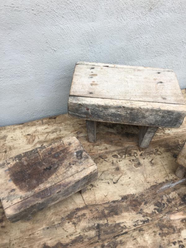 Verwonderlijk Oude vergrijsd houten voetenbankje opstapje krukje vensterbankje HI-94