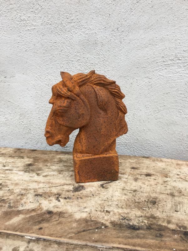 Klein gietijzeren paardekopje paardje paard horse paardehoofd paardehoofje metaal beeldje ornament roest landelijk
