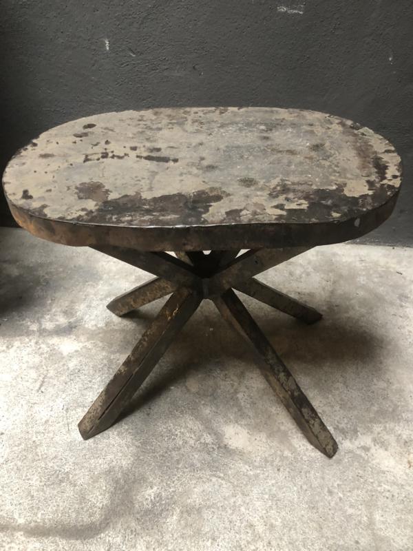 Klein oud metalen ovaal bijzettafeltje ijzer industrieel landelijk stoer vintage urban grijs bruin