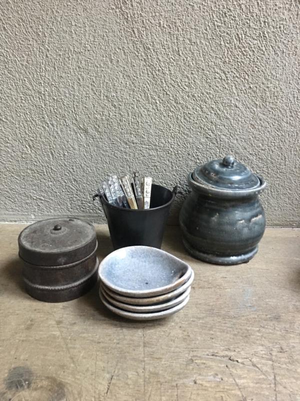 ijzeren metalen emmertje emmer grijs antraciet antraciet donkergrijs teil bak lepelbakje lepeltjes vorkjes vintage landelijk industrieel brocant